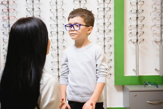 Matka z ślicznym synem. rodzina kupuje okulary
