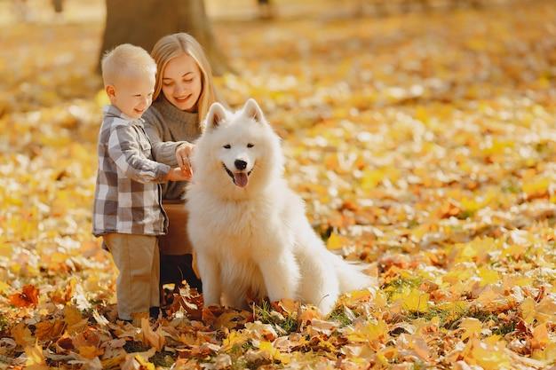 Matka z synek siedzi w polu jesienią