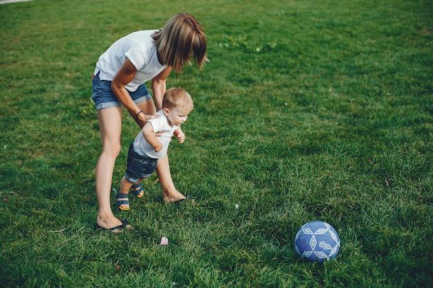 Matka z synem bawić się w lato parku