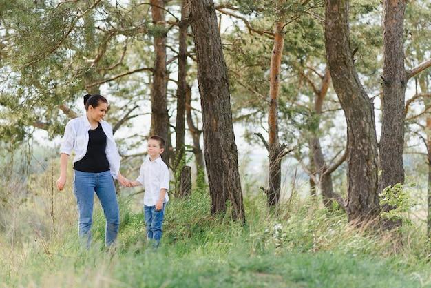 Matka z synem dziecko bawić się razem na trawie w słoneczny letni dzień
