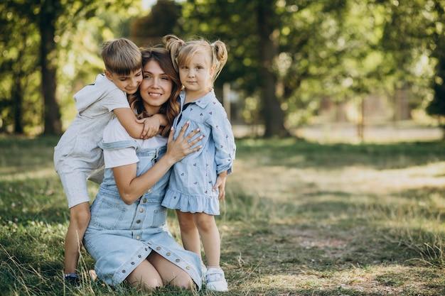 Matka z synem i córką, zabawy w parku