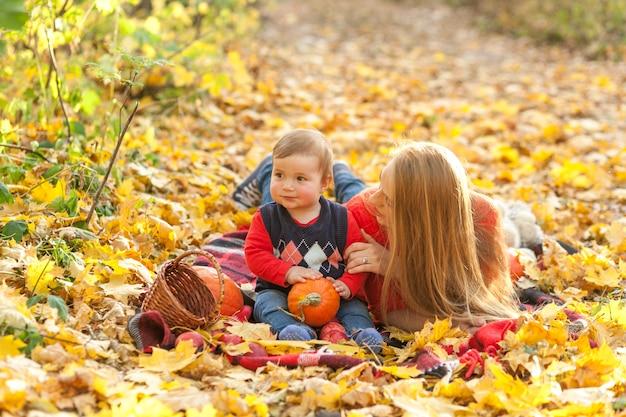 Matka z synem kłaść na koc