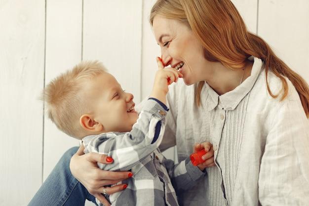 Matka z synem przygotowywa easter w domu