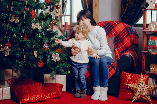 Matka z synem siedzi w domu