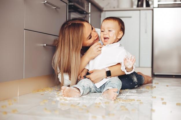 Matka z synem w domu