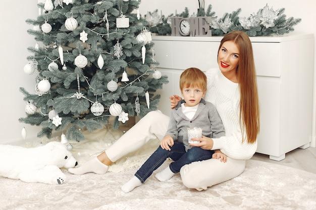 Matka z synem w świątecznych dekoracjach