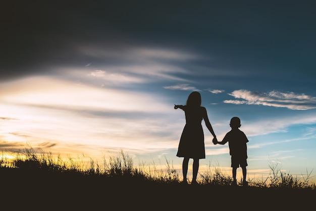 Matka z synem wskazując na horyzoncie