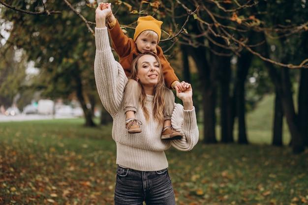 Matka z synem, zabawy w parku