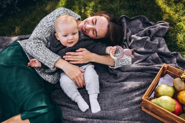 Matka z synkiem piknik na podwórku