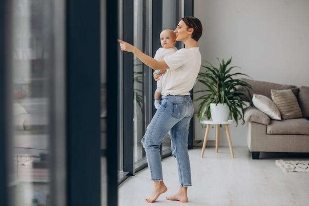 Matka z synkiem stojącym w domu przy oknie