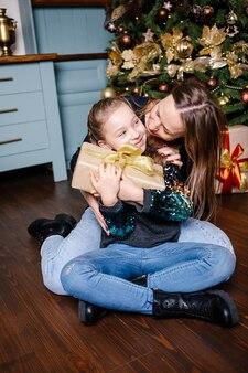 Matka zamierza zrobić niespodziankę córce daje prezent