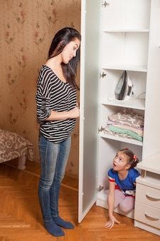 Matka znalazła córkę w szafie.