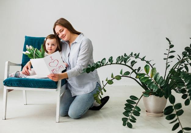 Matki i córki czytelniczy kartka z pozdrowieniami