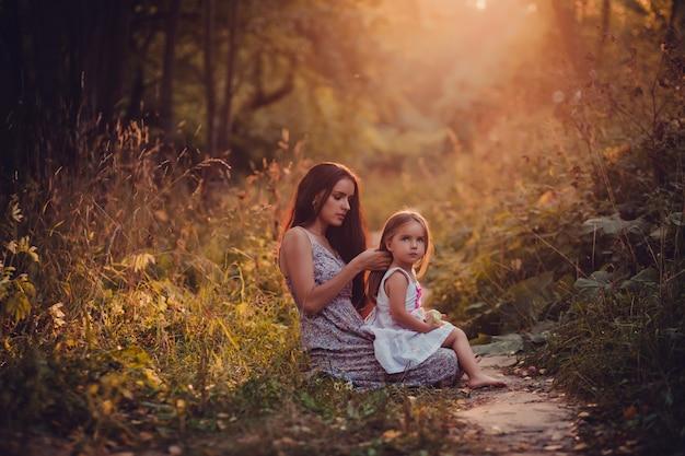 Matki i córki obsiadanie w parku