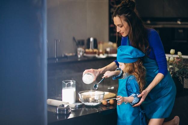 Matki i córki pieczenie w kuchni