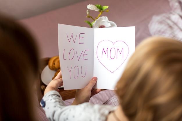 Matki i dziecka czytania kartka z pozdrowieniami