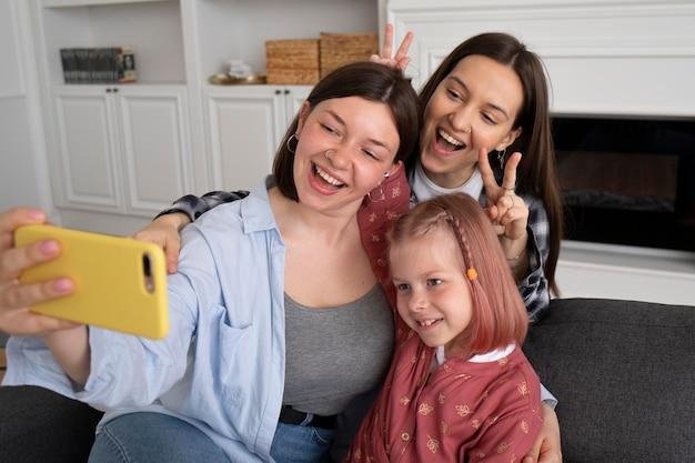 Matki spędzające czas z córką w domu