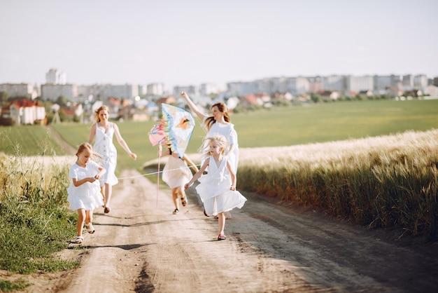Matki z córkami bawić się w jesieni polu