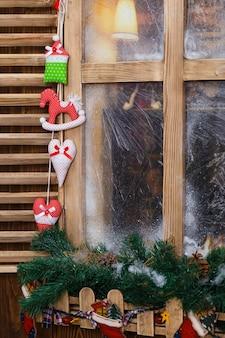 Matowe okno z dekoracjami świątecznymi