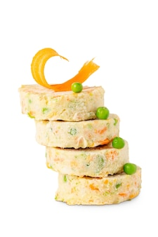Matowe wegetariańskie kotlety warzywne do hamburgerów na białym tle