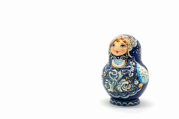 Matryoshka lalki na białym tle na białym tle. russian wooden doll souvenir.
