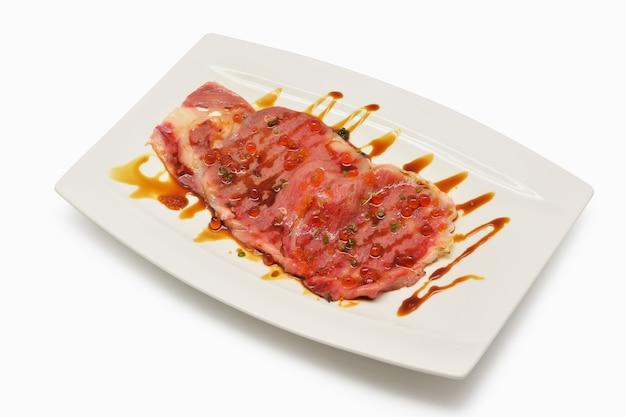 Matsusaka wołowina pokrajać na białych talerza japońskim stylu na białym tle