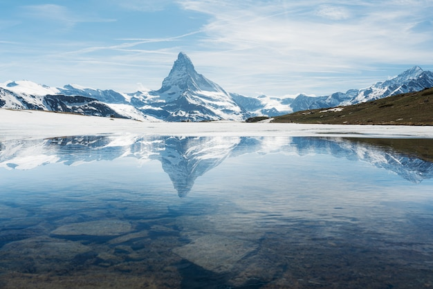 Matterhorn góry krajobraz z jeziorem w zermatt, szwajcaria