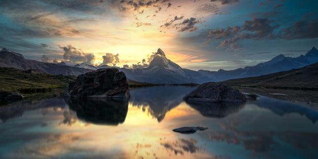 Matterhorn lub cervino odbicie na jeziornym stellisee w zermatt w górach w szwajcarskich alps, szwajcaria.