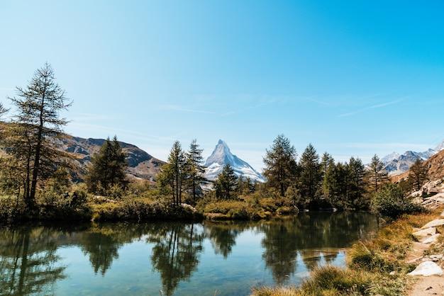 Matterhorn z jeziorem grindjisee w zermatt