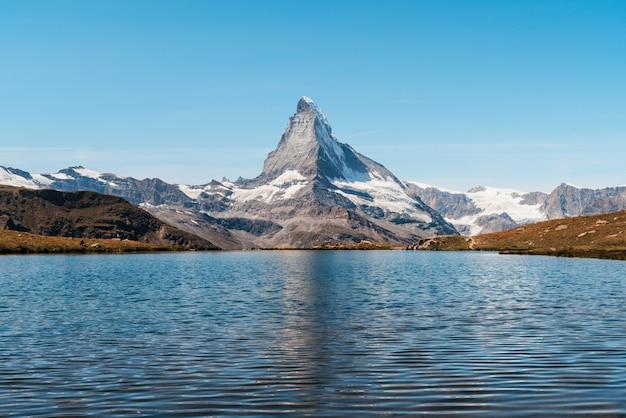 Matterhorn z jeziorem stellisee w zermatt