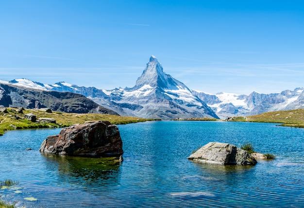 Matterhorn z stellisee lake w zermatt