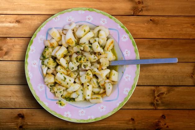 Mątwy sepii usmażone z sosem czosnkowym i pietruszką
