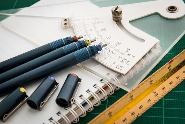 Maty do cięcia, rysunki piórkowe, regulacja narzędzia kątowego, linijka skali, frez na białym backg