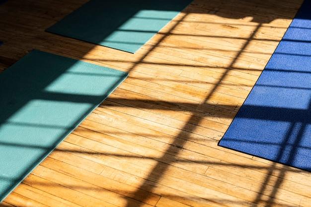 Maty do jogi z naturalnym światłem