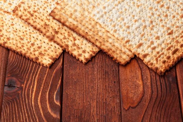 Matzo flatbread na żydowskie święto bożego narodzenia na stole