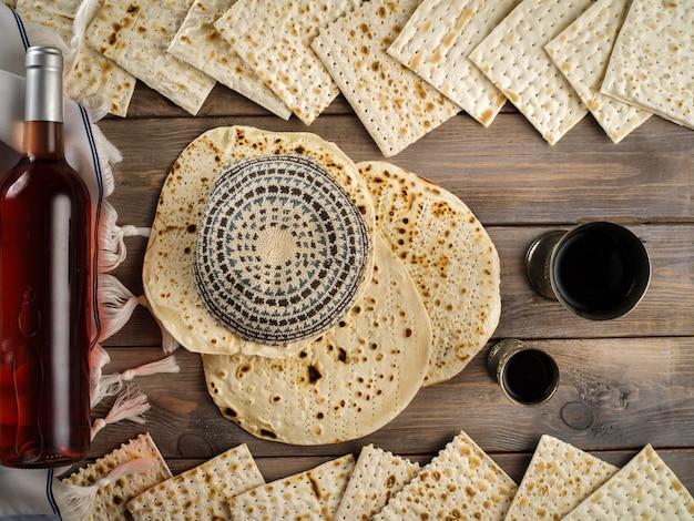 Matzoh obchody żydowskiego święta paschy maca z kiduszem dwie filiżanki czerwonego koszernego wina.