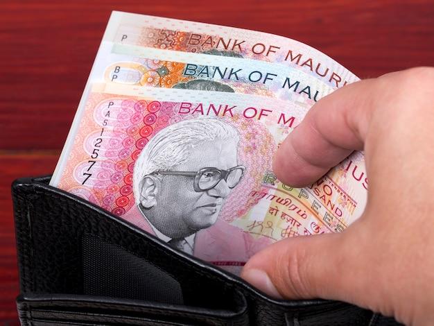 Mauritius pieniądze rupia w czarnym portfelu