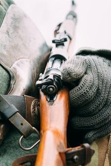 Mauser 98k w rękach żołnierza