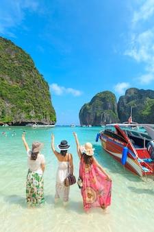 Maya bay, tajlandia - 22 kwietnia 2017: tłumy gości do opalania cieszyć się wycieczkę łodzią do ma