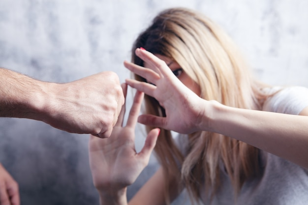 Mąż chce uderzyć żonę. przemoc domowa