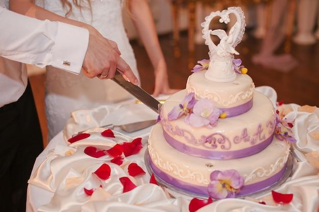 Mąż cięcia zaangażowanie ciasto