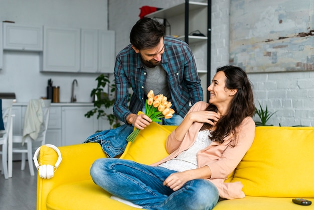 Mąż daje kwiaty swojej żonie