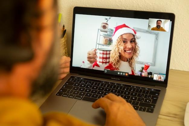 Mąż dzwoni do żony z podłączeniem laptopa podczas świąt bożego narodzenia
