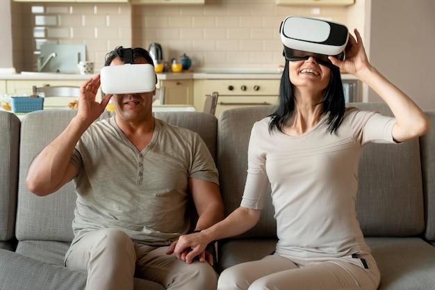 Mąż i żona grają w wirtualną rzeczywistość