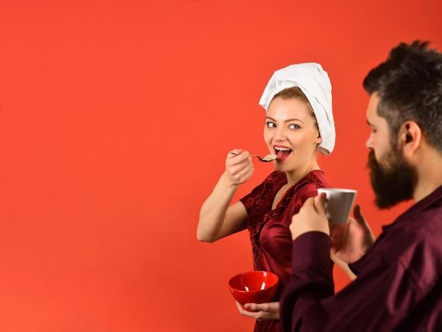 Mąż i żona jedzą razem śniadanie rano. relacje rodzinne. reklama. skopiuj miejsce.