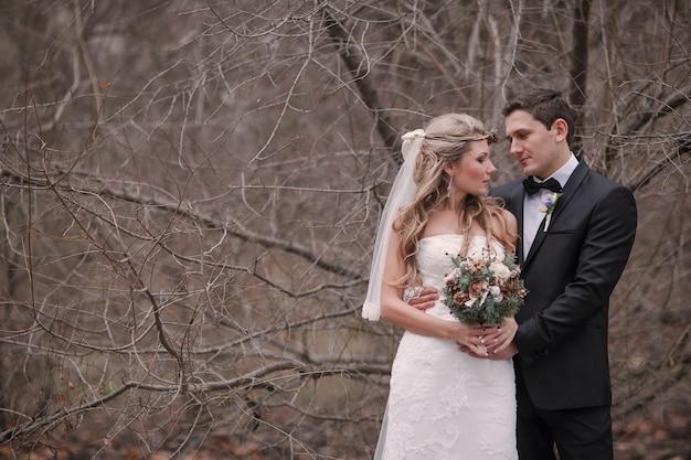 Mąż i żona obejmującego jesienią