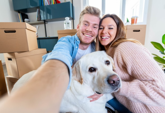 Mąż i żona oraz ich pies przeprowadzają się do nowego domu