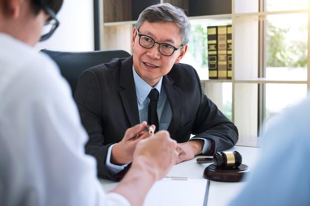 Mąż i żona podczas procesu rozwodowego z starszym męskim prawnikiem lub doradcą
