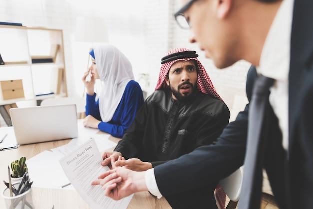 Mąż i żona podpisuje adwokat papiery rozwodowe w biurze