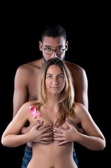 Mąż i żona przytulają się z powodu raka piersi